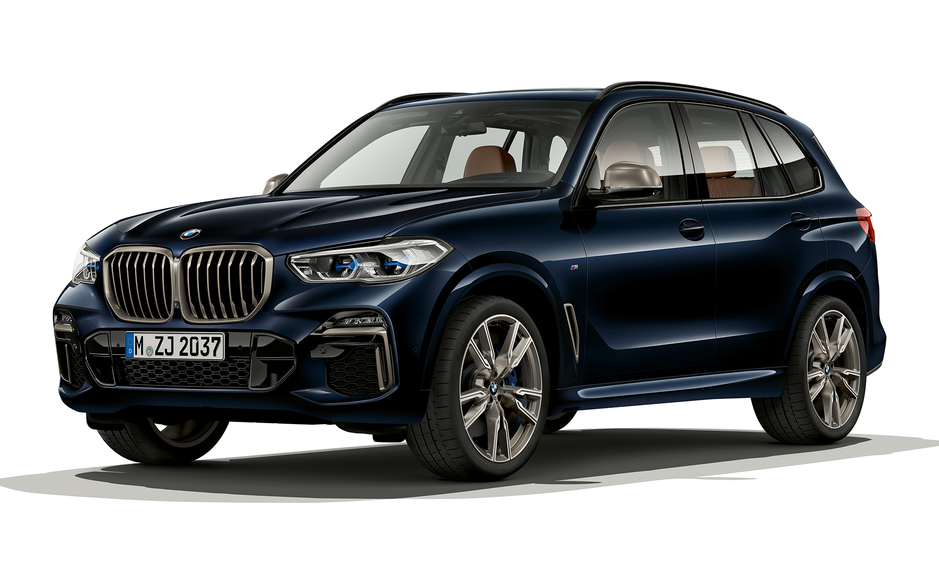 Night-time shot of the front of the BMW X5 M50d