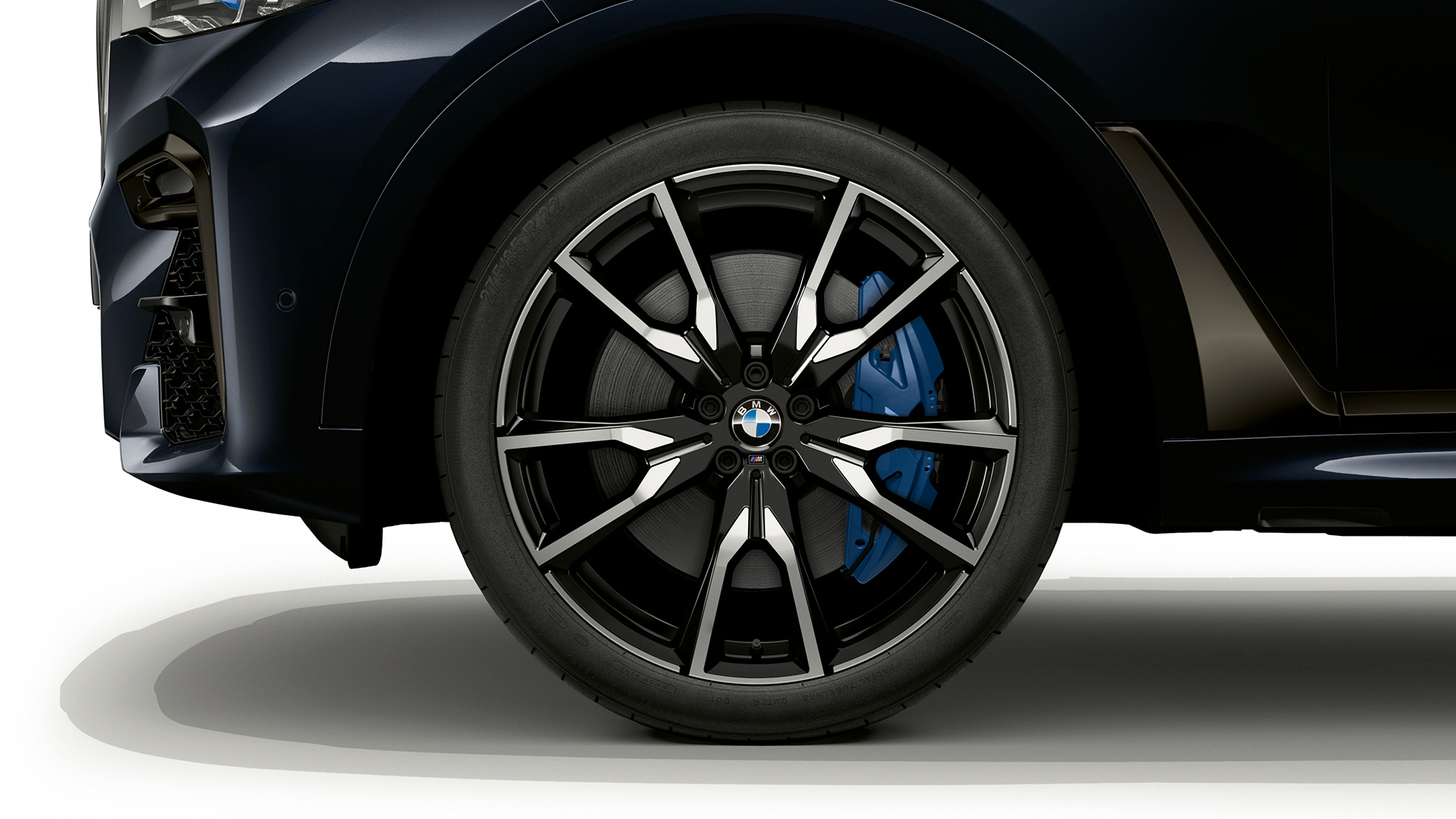 Close-up of the light alloy wheel of the BMW X7 with BMW Individual X7 40i xDrive features
