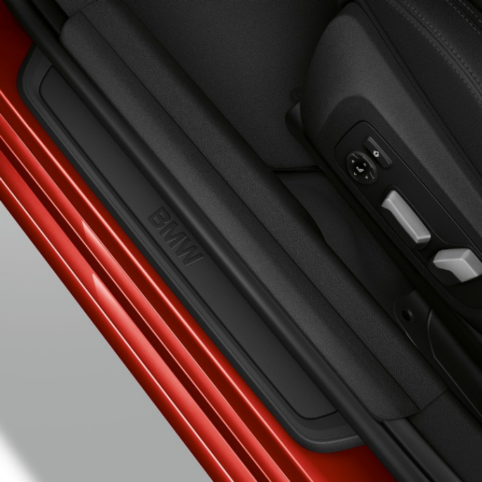 Top view of the door sill of the BMW 3 Series Sedan with model Advantage features.